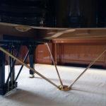 Le système d'attache du piano